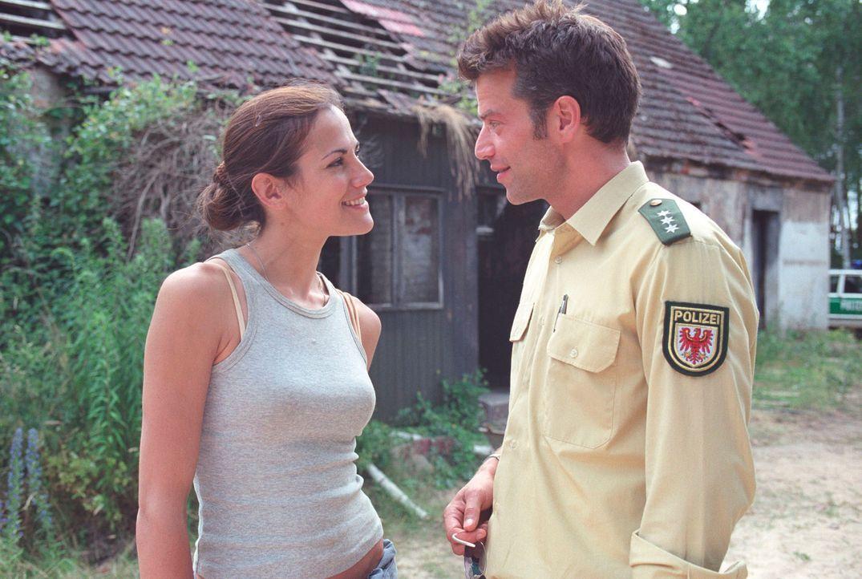 Johanna (Bettina Zimmermann, l.) und Dorfpolizist Thomas (Johannes Brandrup, r.) sind sich ausgesprochen sympathisch ... - Bildquelle: Stefan Erhard Sat.1