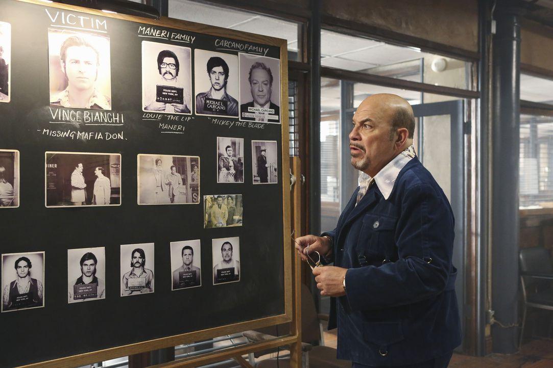 Er lebt komplett in einer selbst erschaffenen Traumwelt der 1970er Jahre, und um wichtige Informationen über ein lange zurückliegendes Verbrechen zu... - Bildquelle: 2013 American Broadcasting Companies, Inc. All rights reserved.