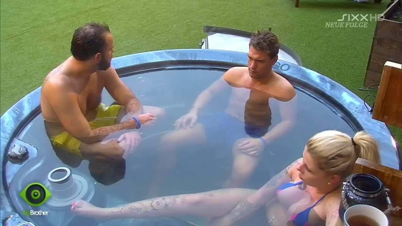 Das Dreier-Gespann chillt im Pool - Bildquelle: sixx