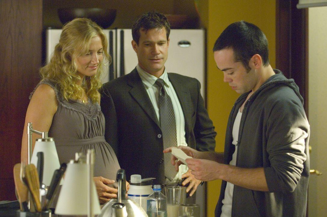 Sean (Dylan Walsh, M.) und Julia (Joely Richardson, l.) sorgen sich um Matt (John C. Hensley, r.), der seine Freizeit fast nur noch in der Garage zu... - Bildquelle: TM and   2004 Warner Bros. Entertainment Inc. All Rights Reserved.
