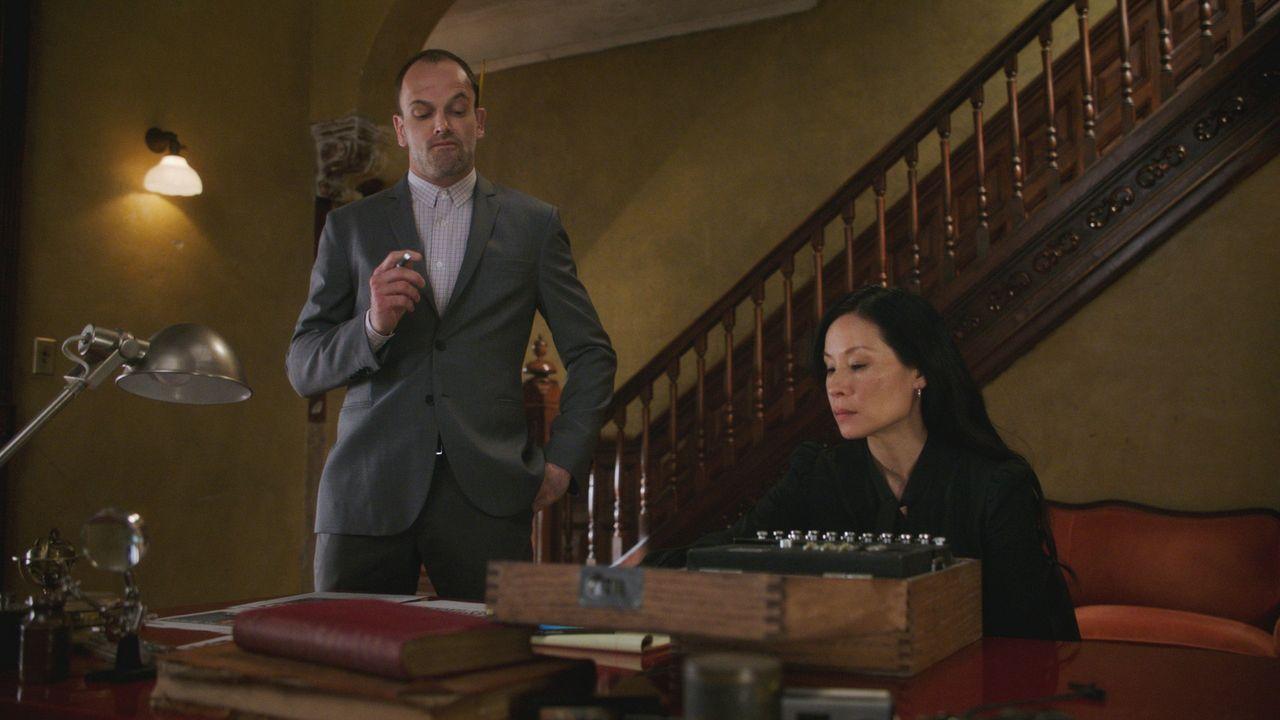 Während sich Watson (Lucy Liu, r.) ganz darauf konzentriert, den Mordfall zu lösen, jagt Holmes (Jonny Lee Miller, l.) Geistern aus seiner Vergangen... - Bildquelle: 2017 CBS Broadcasting, Inc. All Rights Reserved.