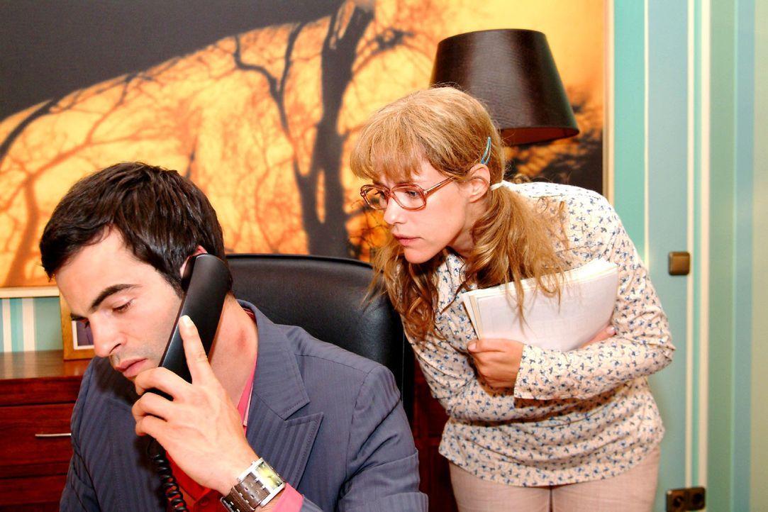 Lisa (Alexandra Neldel, r.) entdeckt ebenso erstaunt wie befremdet einen Knutschfleck auf Davids (Mathis Künzler, l.) Hals. (Dieses Foto von Alexand... - Bildquelle: Monika Schürle Sat.1