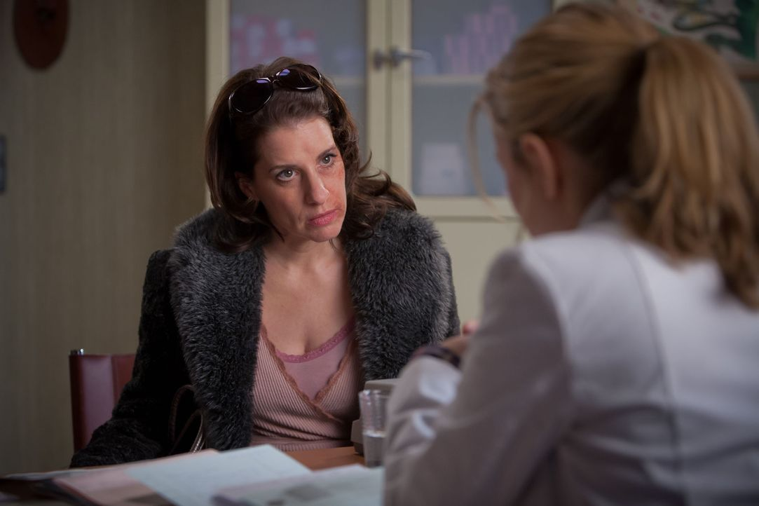 Ausgerechnet die Prostituierte Dolores Kant (Stefanie Höner, l.) entwickelt eine schwere Allergie gegen Kosmetika. Da ist anfangs auch Nina (Stefani... - Bildquelle: Conny Klein SAT.1
