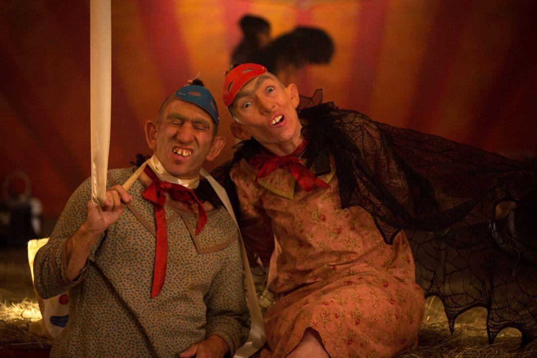 Während sich auch Salty (Christopher Neiman, l.) und Pepper (Naomi Grossman, r.) wehren an Halloween aufzutreten, besteigt Elsa die Bühne und ruft d... - Bildquelle: 2014-2015 Fox and its related entities. All rights reserved.