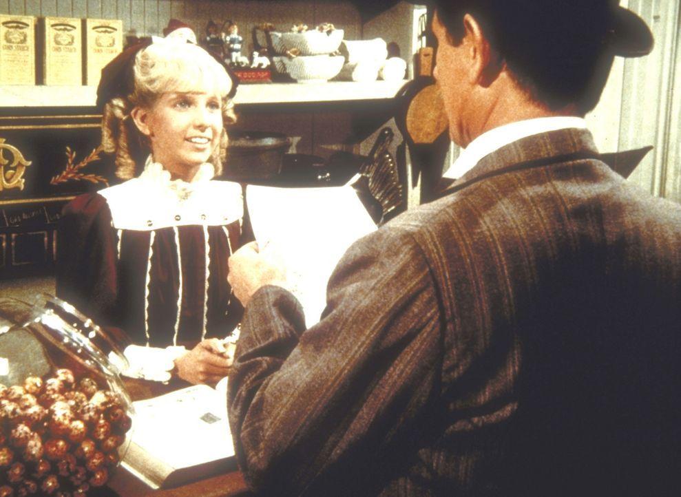 Nancy (Allison Balson, l.) gibt Mr. Montagne (Robert Casper, r.) ihren Schulaufsatz zum Lesen. - Bildquelle: Worldvision