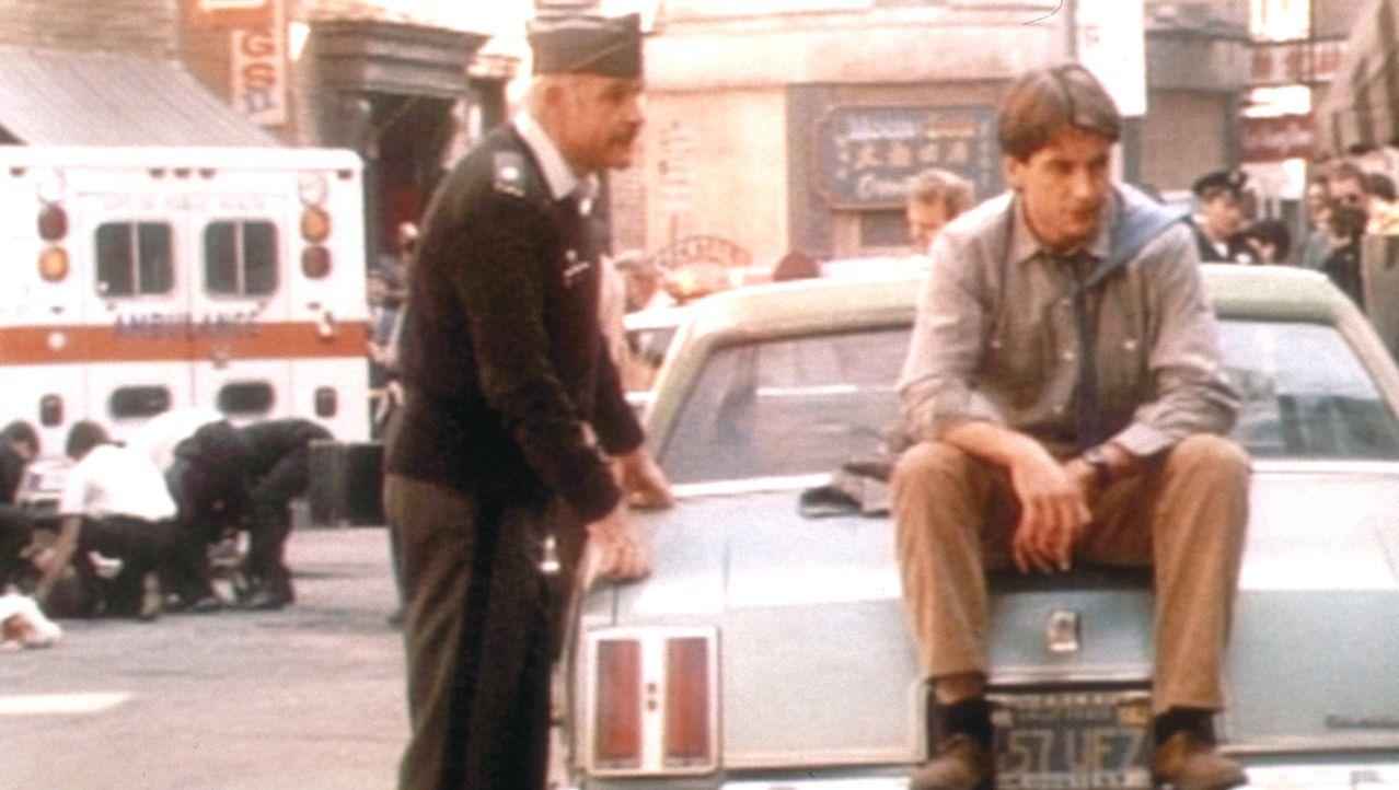 Jay Austin (Mark Harmon, r.) und Lt. Col. Alan Caldwell (Sean Connery, l.) kommen merkwürdigen Transaktionen auf einem Militärflughafen auf die Spur... - Bildquelle: Paramount Pictures