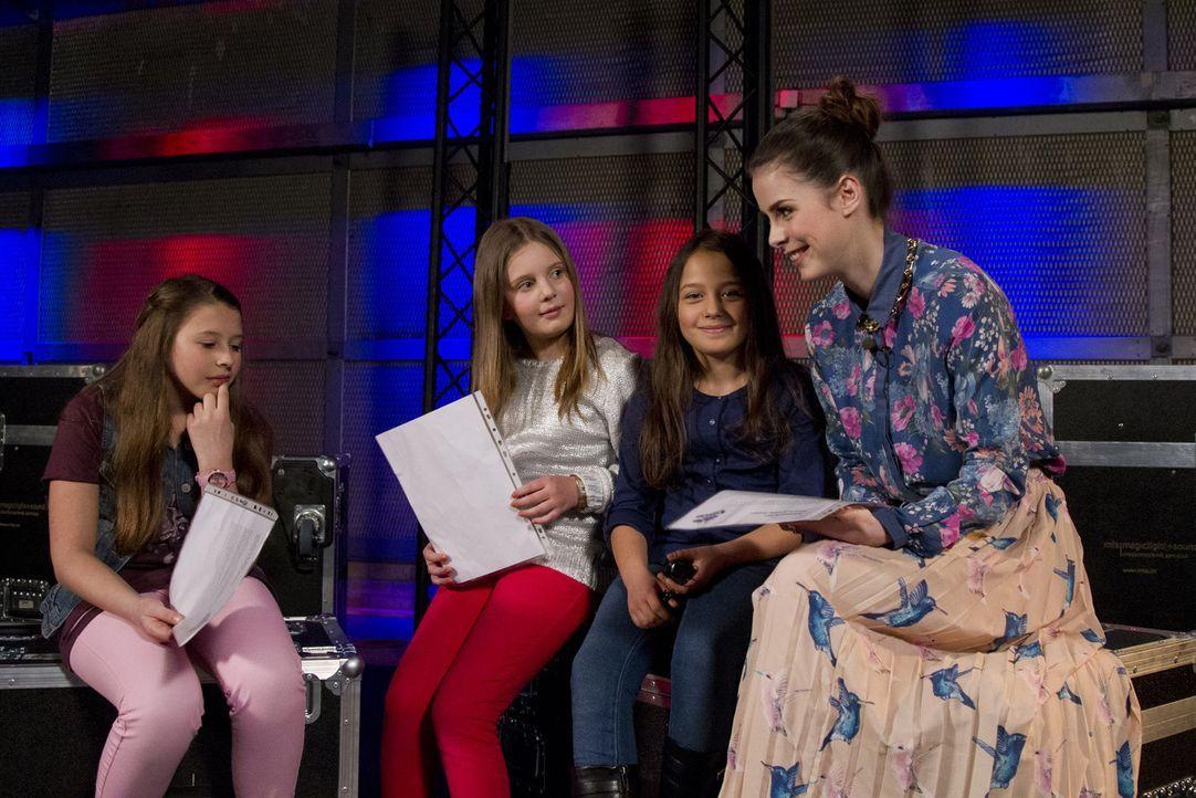 Lena (r.) bereitet ihre Talents Lisa (l.), Aulona (2.v.l.) und Nicole (2.v.r.) für ihr Battle vor ... - Bildquelle: Richard Hübner SAT.1