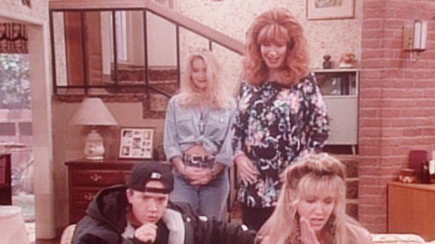Peggy (Katey Sagal, 2.v.r.) und Kelly (Christina Applegate, 2.v.l.) entlarven...