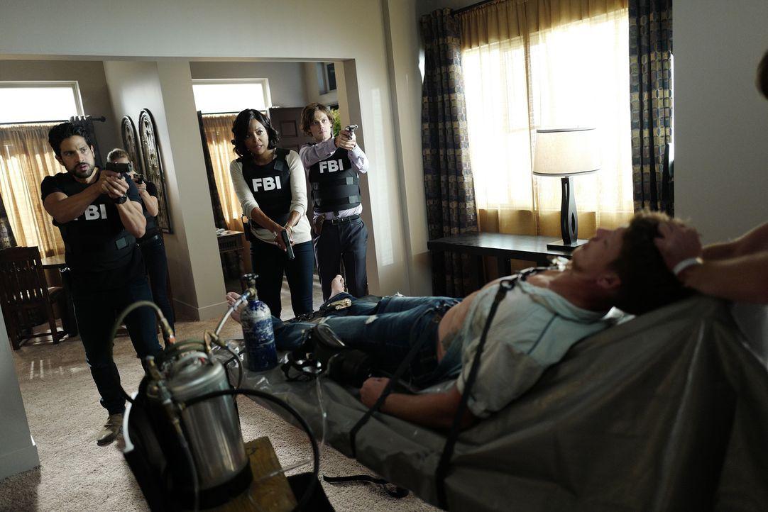 Haben sie den Täter und dessen Opfer wirklich gefunden? Tara (Aisha Tyler, 2.v.l.), Luke (Adam Rodriguez, l.) und Reid (Matthew Gray Gubler, 2.v.r.)... - Bildquelle: Eddy Chen ABC Studios