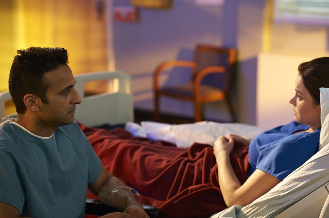 Während sich Shahir (Huse Madhavji, l.) hingebungsvoll um seine Alzheimerpatientin Marie (Marcia Laskowski, r.) kümmert, könnte sich Tom durch einen... - Bildquelle: Ken Woroner 2014 Hope Zee Three Inc.