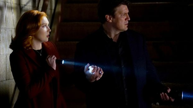 Castle (Natahn Fillion, r.) und Alexis (Molly C. Quinn, l.) tauchen in die We...