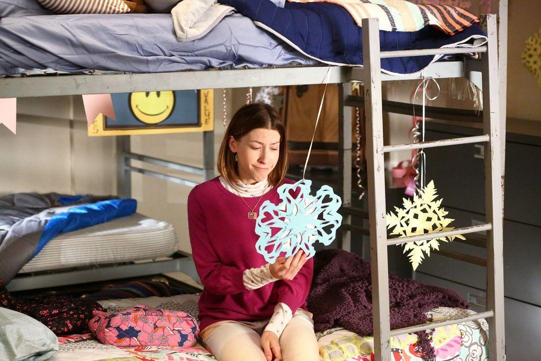 Erhält überraschend Besuch: Sue (Eden Sher) ... - Bildquelle: Warner Bros.