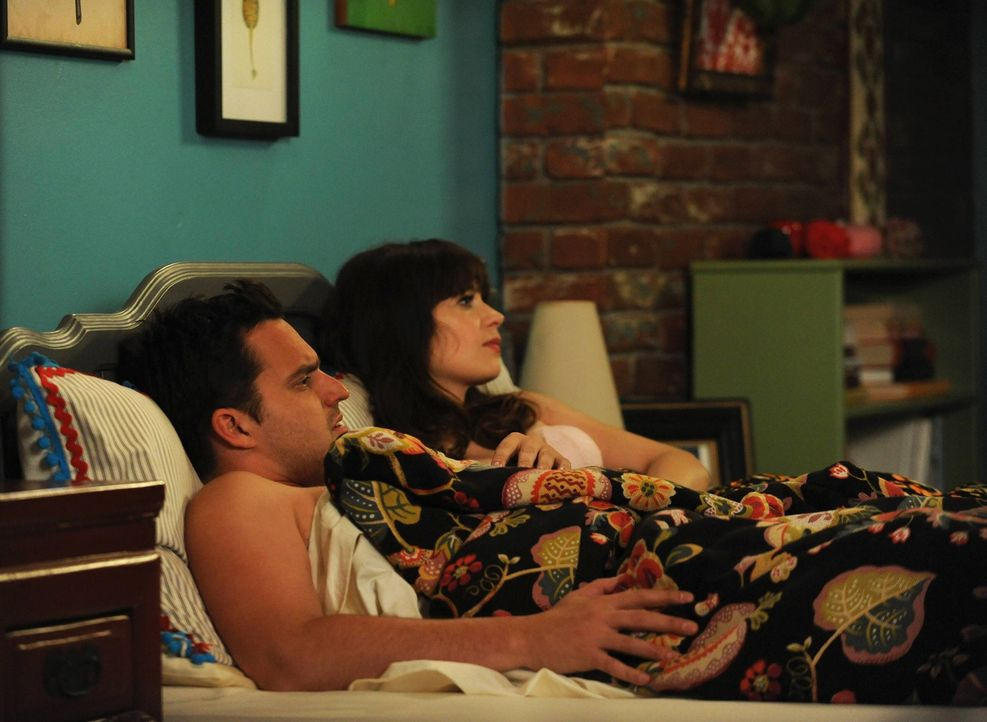 Nachdem Schmidt seltsam auf das vorgeschlagene Doppeldate reagiert hat, beauftragt Jess (Zooey Deschanel, r.) ihren Freund Nick (Jake Johnson, l.) i... - Bildquelle: TM &   2013 Fox and its related entities. All rights reserved.