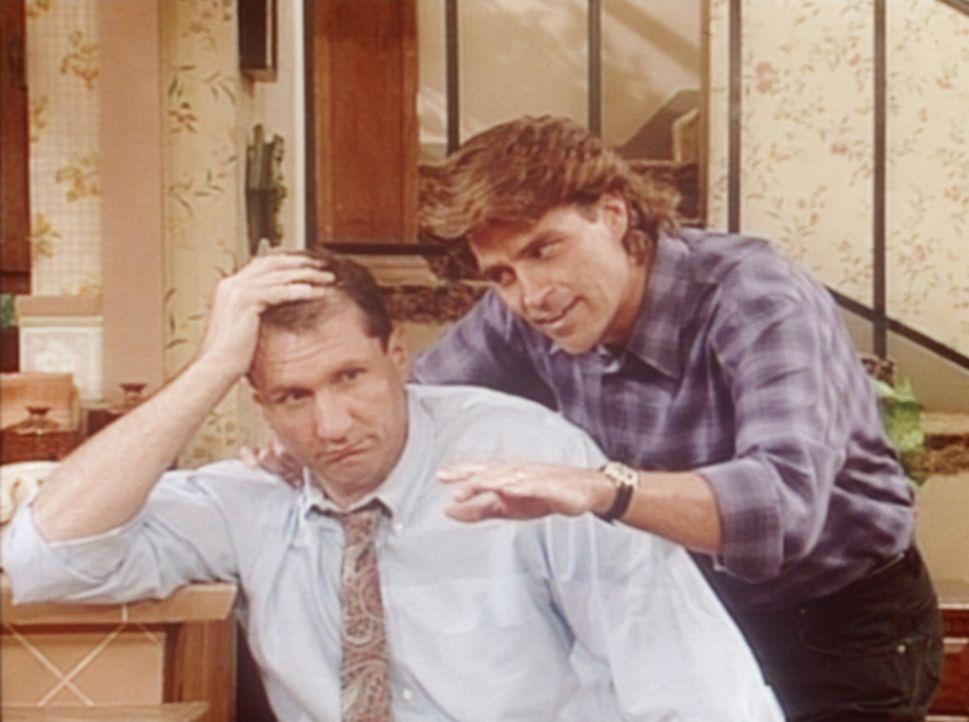 Als jemand tatsächlich den völlig verrosteten Dodge der Bundys geklaut hat, rät Jefferson (Ted McGinley, r.) Al (Ed O'Neill, l.) zum Versicherung... - Bildquelle: Columbia Pictures