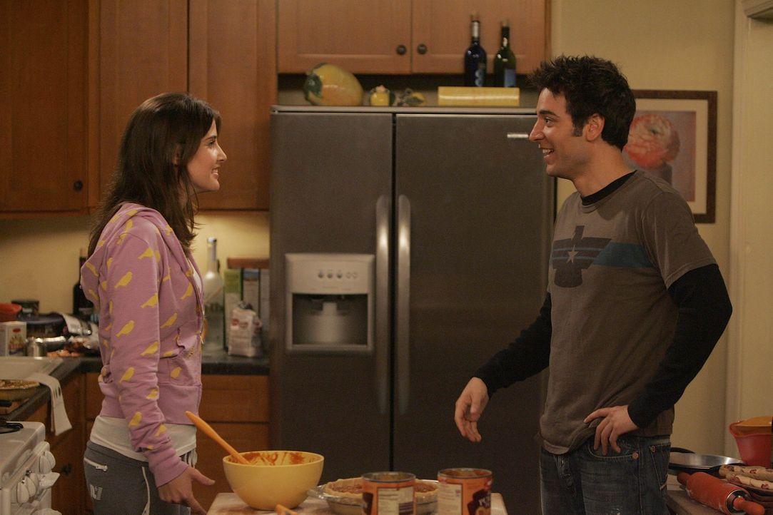 Lily plant zum ersten Mal für die Clique eine Thanksgivingfeier zu veranstalten. Robin (Cobie Smulders, l.) und Ted (Josh Radnor, r.) wollen dafür... - Bildquelle: 20th Century Fox International Television