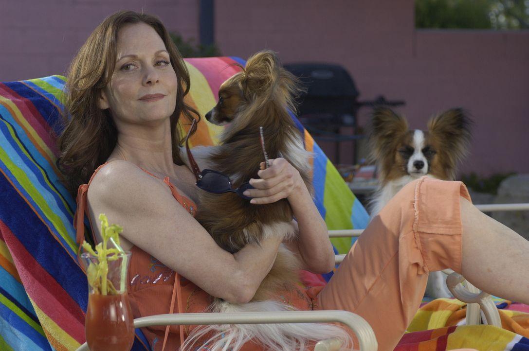 Jinx Shannon (Lesley Ann Warren) hat keine Ahnung, welchen Job ihre Tochter Mary in Wirklichkeit ausführt ... - Bildquelle: USA Network