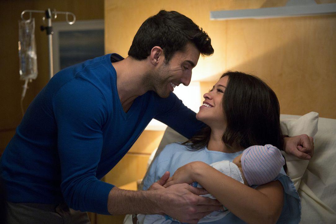 Eine glückliche Familie? Jane (Gina Rodriguez, r.), Rafael (Justin Baldoni, l.) und das Baby ... - Bildquelle: 2014 The CW Network, LLC. All rights reserved.