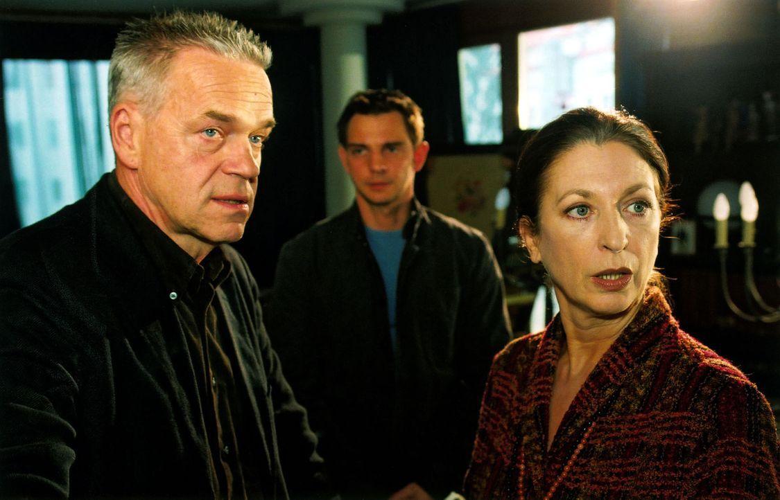 Frau Lindner (Daniela Ziegler, r.) verteidigt gegenüber Wolff (Jürgen Heinrich, l.) und Tom (Steven Merting, M.) ihren Sohn, der in Verdacht geraten ist, die Politikertochter Claudia Horn ermordet zu haben.