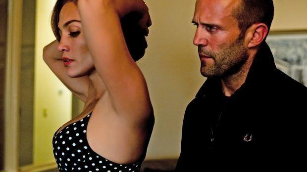 Während Parker (Jason Statham, r.) Leslie (Jennifer Lopez, l.) für eine Spion...