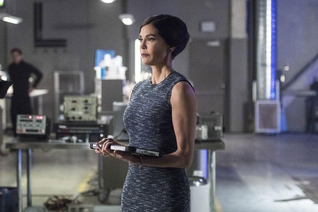 Rhea (Teri Hatcher) hatte ihren Plan genau durchdacht, doch trotzdem kommt es zur Eskalation ... - Bildquelle: 2016 Warner Brothers
