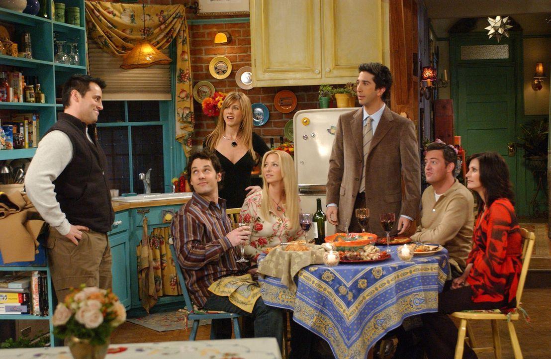 Joey (Matt LeBlanc, l.) hat eine freudige Überraschung für Mike (Paul Rudd, 2.v.l.), Rachel (Jennifer Aniston, 3.v.l.), Phoebe (Lisa Kudrow, M.), Ro... - Bildquelle: 2003 Warner Brothers International Television