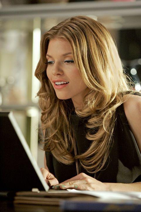 Naomi (AnnaLynne McCord) hat erfahren, dass sie in Geschichte durchfallen wird, wenn sie nicht innerhalb eines Tages einen 10-seitigen Hausaufsatz  - Bildquelle: 2011 The CW Network. All Rights Reserved.