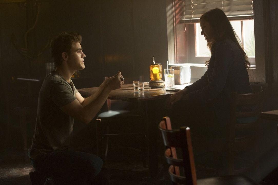 Macht Stefan (Paul Wesley, l.) Elena (Nina Dobrev, r.) tatsächlich mitten in einer Kneipe einen Antrag? - Bildquelle: Warner Bros. Entertainment, Inc