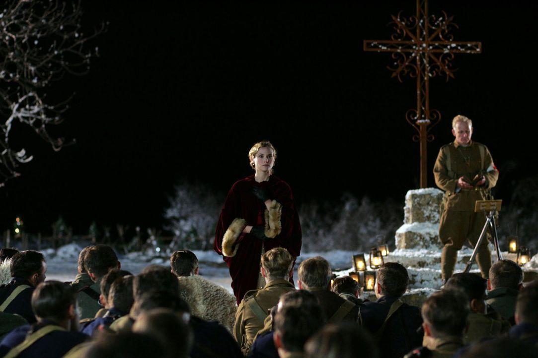 Die Sopranistin Anna Sorensen (Diane Kruger) erfreut die Truppen mit ihrem lieblichen Gesang. Für einen kurzen Augenblick vergessen die Soldaten ih... - Bildquelle: Lolafilms S.A.