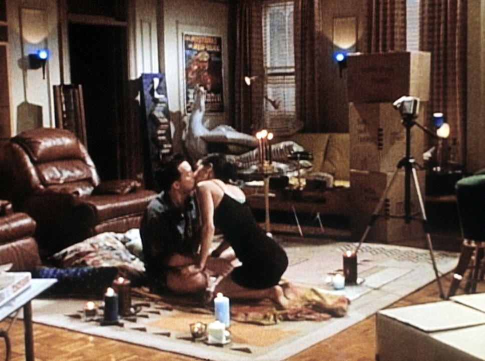 Endlich haben Monica (Courteney Cox, r.) und Chandler (Matthew Perry, l.) einmal Zeit für einen gemütlichen Abend. - Bildquelle: TM+  2000 WARNER BROS.