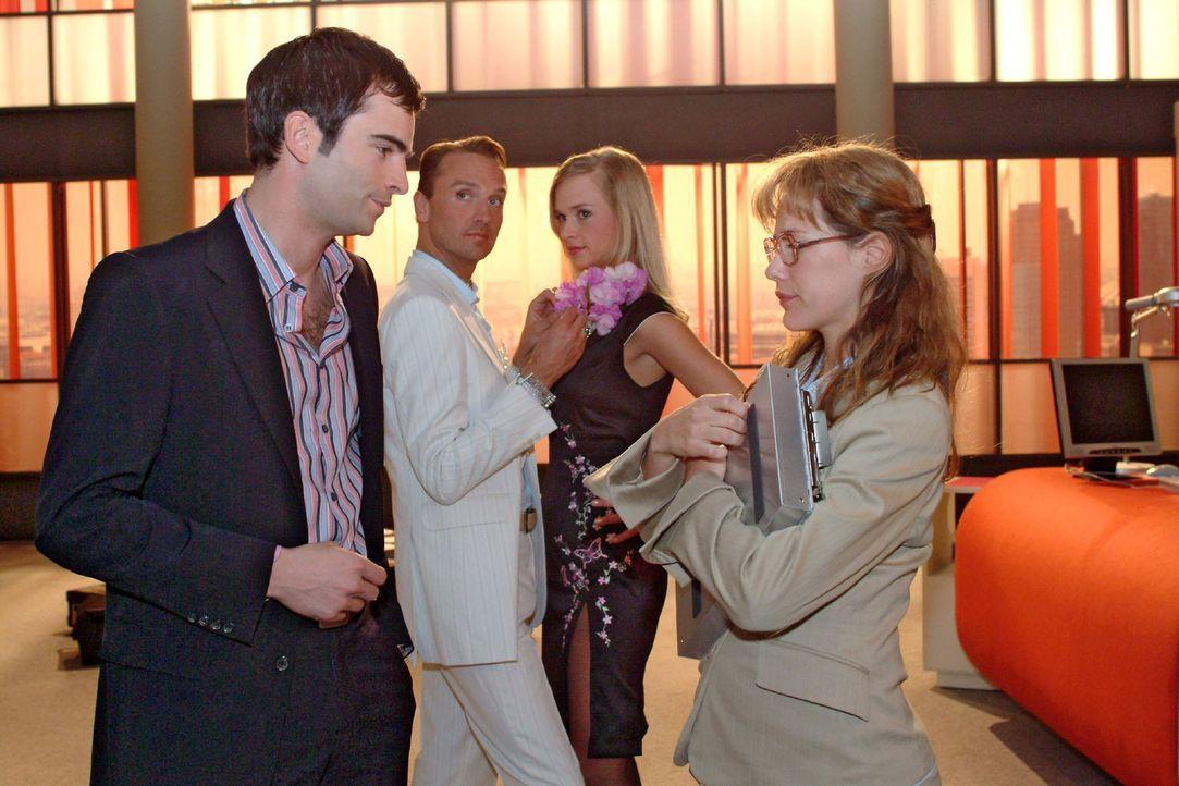 Lisa (Alexandra Neldel, vorne r.) ist erleichtert, dass David (Mathis Künzler, vorne l.) sie gegenüber Mariella in Schutz nimmt. (Dieses Foto von Al... - Bildquelle: Monika Schürle Sat.1