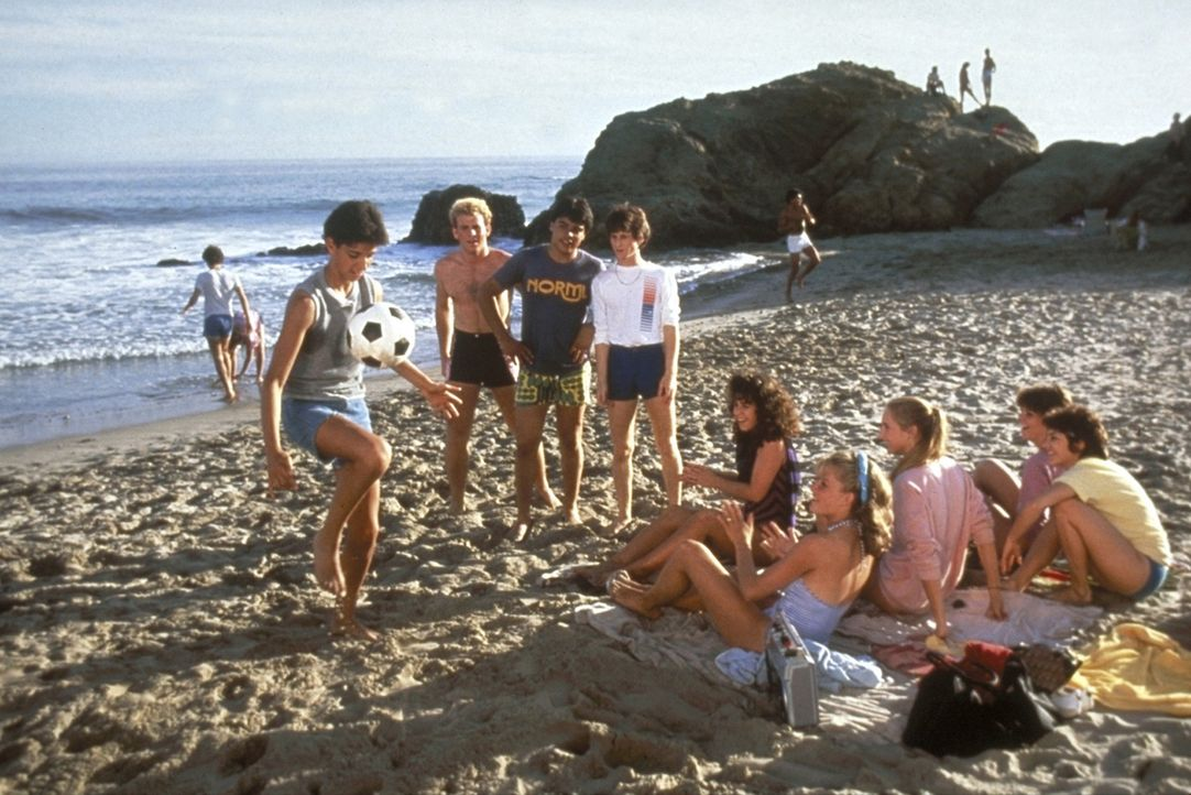 Daniel (Ralph Macchio, vorne l.) zieht mit seinen Eltern nach Kalifornien um. Doch zwischen den blonden, kalifornischen Surfern steht der dunkle Jun... - Bildquelle: Columbia Pictures