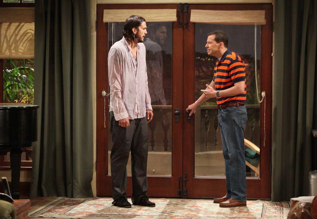 Nachdem Charlie gestorben ist, erbt Alan (Jon Cryer, r.) dessen Haus, was er sich allerdings nicht leisten kann. Doch plötzlich, mitten in der Suche... - Bildquelle: Warner Brothers Entertainment Inc.