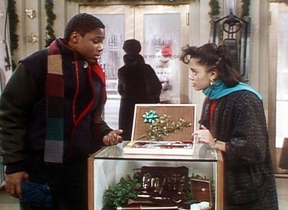 Theo (Malcolm-Jamal Warner, l.) und Denise (Lisa Bonet, r.) suchen in einem Geschäft nach einem passenden Vatertagsgeschenk für Cliff. - Bildquelle: Viacom