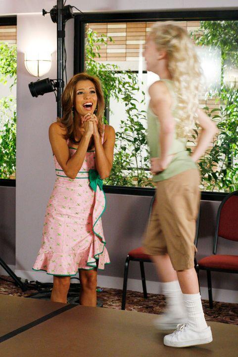 Gabrielle (Eva Longoria, l.) ist mittlerweile begeistert von Isabel (McKenzie Applegate, r.) ... - Bildquelle: 2005 Touchstone Television  All Rights Reserved