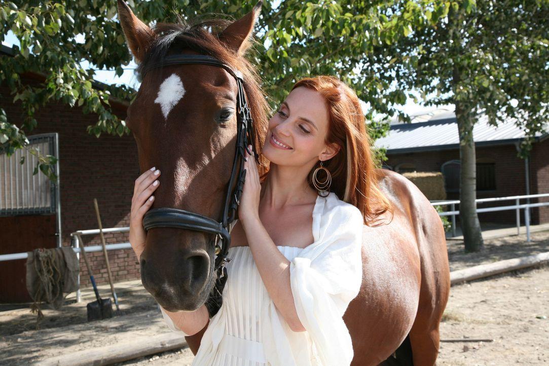 """Zunächst scheint Manus (Marie Zielcke) Begeisterung für das Rennpferd """"Diavolo"""" der Preissenkung im Weg zu stehen - bis sie sich kurzerhand auf de... - Bildquelle: SAT.1"""