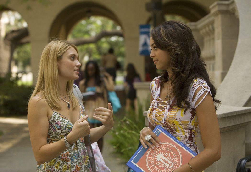 Während Ashleigh (Amber Stevens, r.) endlich einen Job gefunden hat, um ihre Schulden abzubezahlen, hat Casey (Spencer Grammer, l.) wieder mal Probl... - Bildquelle: 2008 ABC Family