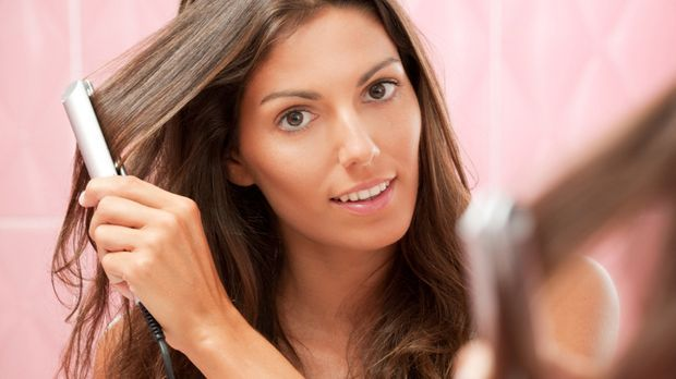 Mit einem Glätteisen kann man nicht nur einfach Haare glätten, sondern auch t...