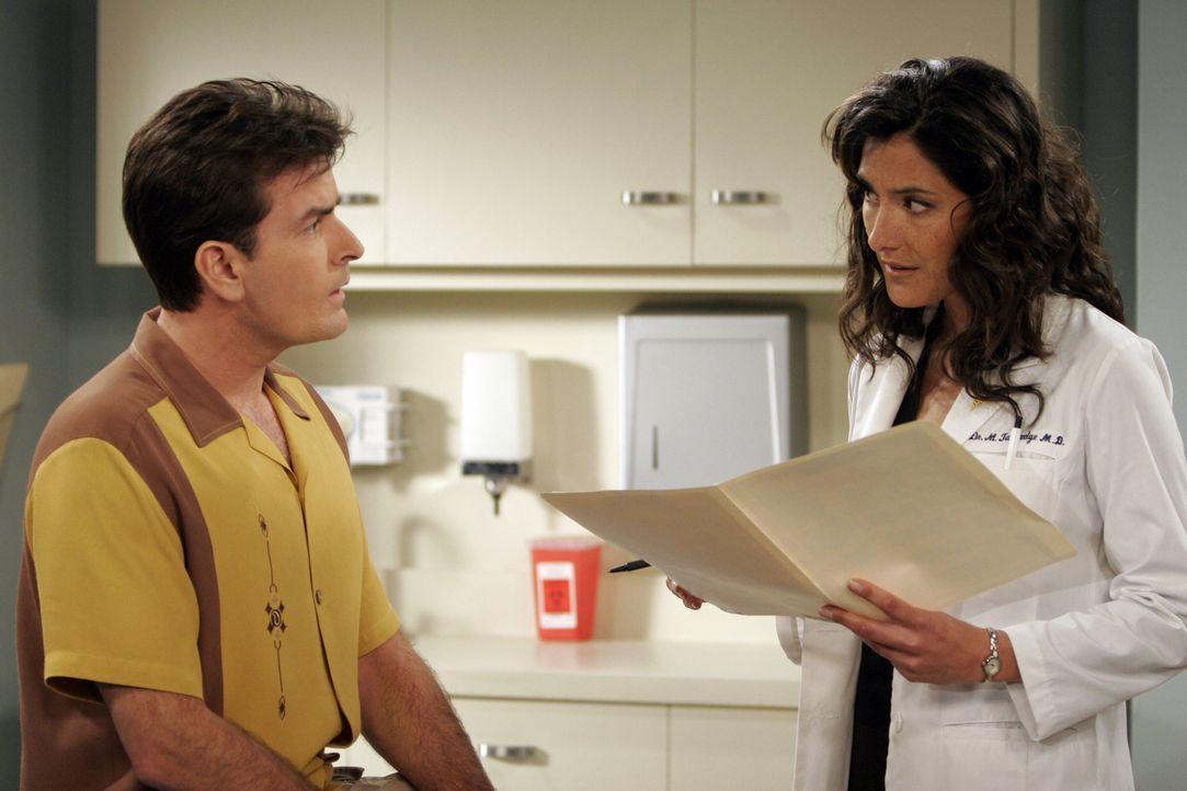 Während Charlie (Charlie Sheen, l.) glaubt, die Ärztin (Alicia Coppola, r.) zum ersten Mal in seinem Leben zu sehen, kann sie sich sehr wohl an ei... - Bildquelle: Warner Brothers Entertainment Inc.