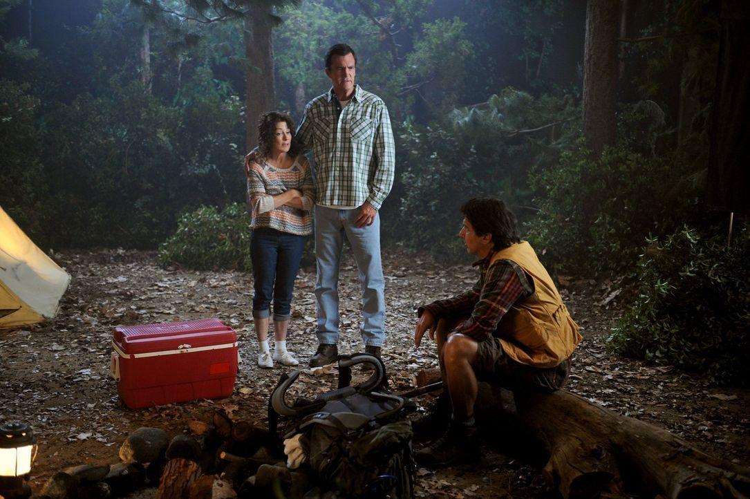 Bei einem Campingausflug mit den Kindern erinnern sich Frankie (Patricia Heaton, l.) und Mike (Neil Flynn, M.) an ihre Flitterwochen. Mikes Schulfre... - Bildquelle: Warner Brothers