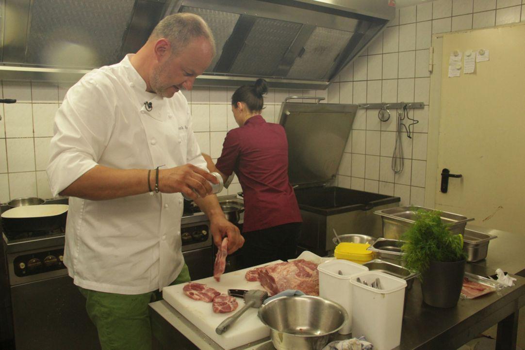 """Ein Koch für alle Fälle: Frank Rosin (l.) hat seine Assistentin Diana Krauss (r. hinten) mitgebracht, um gemeinsam mit ihr den """"Landgasthof Engels""""... - Bildquelle: kabel eins"""