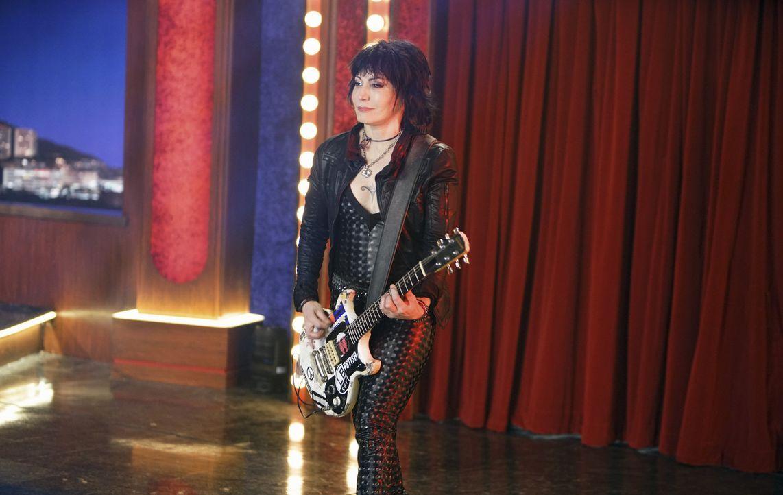 Steht Miss Piggy nach ihrem unglücklichen Auftritt auf dem roten Teppich zur Seite: Joan Jett ... - Bildquelle: Andrea McCallin ABC Studios