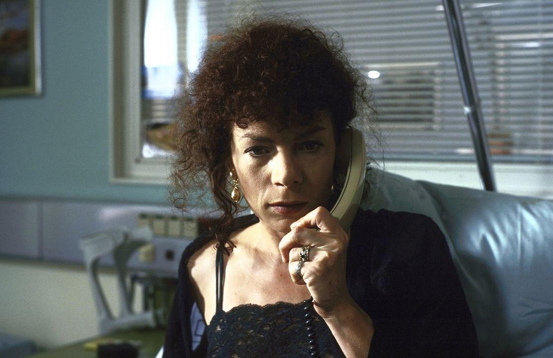 Biggi Schneider (Nina Hoger) ahnt nicht, dass ihr Leben in großer Gefahr ist ... - Bildquelle: Pfeiffer ProSieben