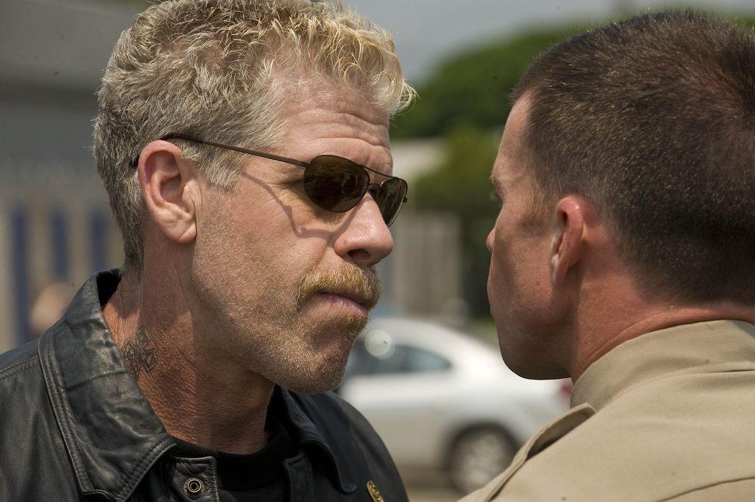 """Hale (Taylor Sheridan, r.), der Deputy Chief, hat den Ehrgreiz, die """"Sons of Anarchy"""" aus dem Verkehr zu ziehen und das weiß auch Clay (Ron Perlman... - Bildquelle: 2008 FX Networks, LLC. All rights reserved."""