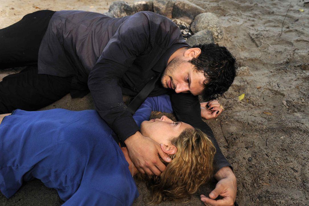 Luca (Manuel Cortez, oben) ist total erleichtert, dass Nina (Maria Wedig, unten) lebt ... - Bildquelle: SAT.1