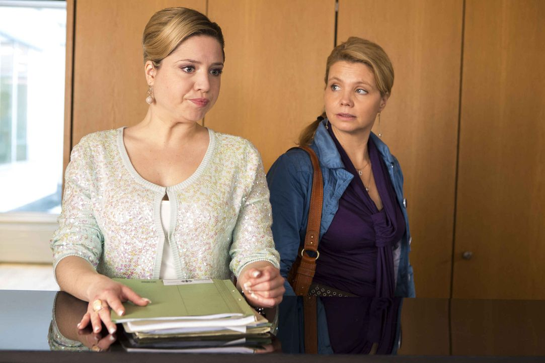 Biggi (Caroline Frier, l.), die eifrige Sekretärin von Staatsanwalt August von Grün macht es Danni (Annette Frier, r.) mal wieder nicht leicht. Doch... - Bildquelle: Frank Dicks SAT.1