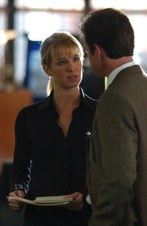 Martin Fitzgerald (Eric Close, r.) stellt Samantha Spade (Poppy Montgomery, l.) zur Rede. Er versteht nicht, dass sie immer noch nicht, zu ihrer Bez... - Bildquelle: Warner Bros. Entertainment Inc.