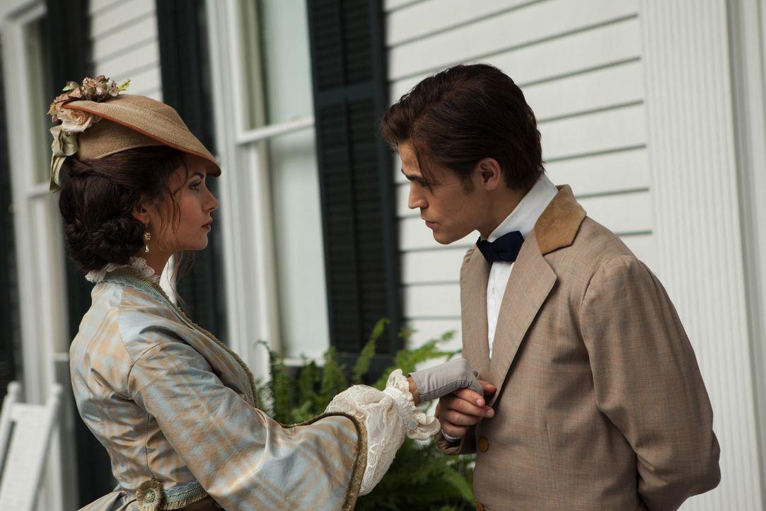 Rückblende: Nachdem Stefan (Paul Wesley, r.) die hübsche Katherine (Nina Dobrev, l.) kennengelernt hat, will er sie zum Gründerball begleiten. - Bildquelle: Warner Brothers