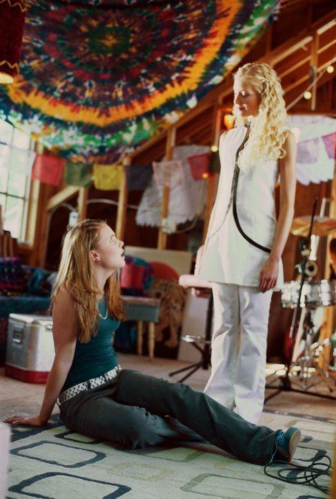 Leider fehlt Samantha (Leah Pipes, l.) und ihrer Band die gewisse Ausstrahlung, um den Popmusik-Olymp zu erklimmen. Doch eines Tages bastelt Roscoe... - Bildquelle: The Disney Channel