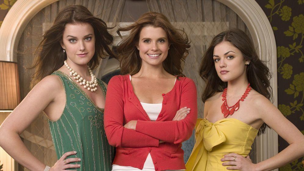 Als Tutorin der beiden verwöhnten Schwestern Sage (Ashley Newbrough, l.) und... - Bildquelle: Warner Bros. Television