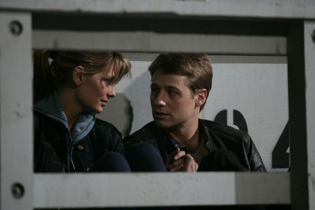 Marissa (Mischa Barton, l.) und Ryan (Benjamin McKenzie, r.) versuchen, ihr gewohntes Leben wieder aufzunehmen, doch Marissa wird nicht damit fertig... - Bildquelle: Warner Bros. Television